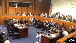 克里1月24日在国会山出席有关他出任国务卿的听证会 (美国之音方方拍摄)