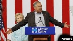 Hillary Clinton mendengar Cawapres Tim Kaine memberikan pidato kepada kerumunan pendukungnya yang sangat antusias di Miami, Florida hari Sabtu (23/7).