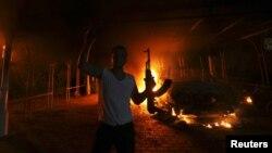 Seorang pria bersenjata AK-47 ikut menyerbu Konsulat AS di Benghazi, Libya (11/9). Pejabat AS mengatakan serangan di Benghazi kemungkinan bukan aksi spontan, namun telah direncanakan.