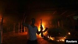 ພວກປະທ້ວງຈໍານວນນຶ່ງ ທີ່ຖືປືນ AK-47 ສະແດງຄວາມດີໃຈ ລຸນຫລັງ ທີ່ກົງສຸນສະຫະລັດ ທີ່ເມືອງ Benghazi ຢູ່ທາງຕາເວັນອອກຂອງ ລີເບຍ ລຸກໄໝ້ເປັນໄຟ ໃນວັນທີ 11 ກັນຍາຜ່ານມານີ້