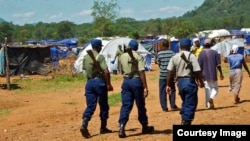 Zimbabwean police on patrol at the Chingwizi transit camp for over 20,000 people displaced as a result of the flooded Tokwe-Mukorsi Dam. (File Photo: Human Rights Watch)
