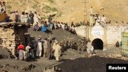 Ảnh minh hoạ: Cư dân tụ tập bên ngoài một mỏ than bị nổ gần thành phố tây nam Quetta. Các hầm mỏ ở Pakistan nổi tiếng về tiêu chuẩn an toàn thấp và điều kiện thông thoáng khí kém.