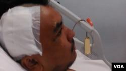 Rizki Zaidan, mahasiswa ITB korban aksi begal yang mengalami luka bacokan di kepala dan kedua kakinya (Teja Wulan/VOA).