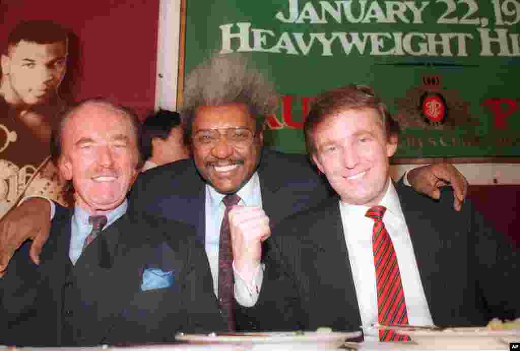 دونالد ترامپ ۴۱ ساله، با پدرش فرد ترامپ و دون کینگ، مدیر تبلیغاتی بوکس- ۱۹۸۷