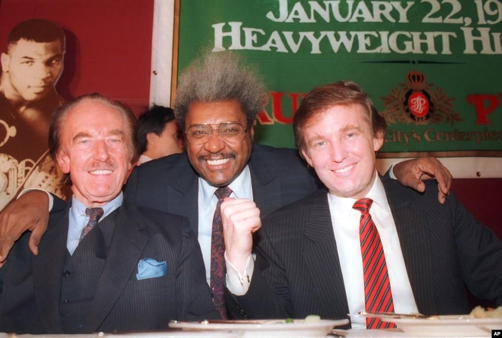 1987年12月,右起:唐納德·川普,拳擊運隊推銷商唐·金,川普的父親,城市建築開發商弗雷德·川普