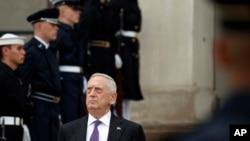 Menteri Pertahanan AS Jim Mattis saat menunggu kunjungan Menteri Pertahanan Belanda Jeanine Hennis-Plasschaert di Pentagon, 15 Agustus 2017. (Foto:dok)