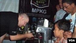 Rainhard, seorang peracik kopi Australia melayani pengunjung Festival Kopi di Aceh pada 2012.
