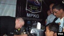 Rainhard, seorang peracik kopi Australia melayani pengunjung Festival Kopi di Aceh (27/11)
