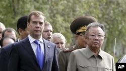 俄羅斯總統梅德韋杰夫(左)與北韓領導人金正日8月24日在烏蘭烏德市一個軍事基地 舉行會晤