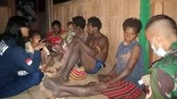 Tim Kesehatan Pos Towe Hitam Satgas Pamtas Yonif Mekanis 403/Wirasada Pratista mengunjungi rumah warga yang mengalami sakit malaria untuk memberikan penanganan dan pengobatan kepada warga, di Kampung Towe Hitam, Distrik Towe, Kabupaten Keerom, Papua, 24 O
