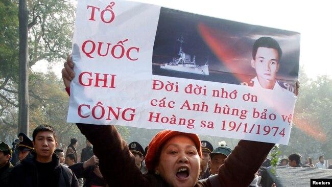Hình ảnh tử sĩ Ngụy Văn Thà trong buổi biểu tình chống Trung Quốc ở Hà Nội năm 2014.