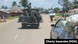 Des soldats congolais de l'opération Sokola1 patrouillent dans les rues de Beni