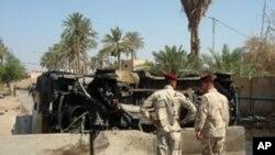 폭파현장을 조사하는 이라크 군인들