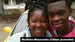 Quem votou exibe o dedo com tinta indelével. Marta levou o filho que votou pela primeira vez. Matola. Moçambique. 15 Out, 2014. Foto enviada por Martinho Massundra