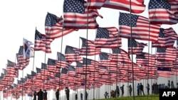 Ljudi pomažu pri isticanju zastava SAD pred obilježavanje 20. godišnjice napada 11. septembra, na Univerzitetu Pepperdine u Malibuu, Kalifornija, 8. septembra 2021.