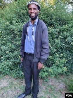 Usehlala egangeni uMnu. Mqondisi Moyo, umkhokheli webandla leMthwakazi Republic Party, odingwa ngamapholisa. (Ezra Tshisa Sibanda)