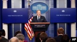 지난 6월 숀 스파이서 당시 백악관 대변인이 정례 브리핑을 진행하고 있다.