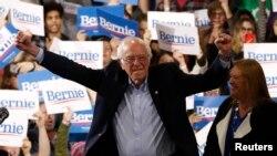 Senator Bernie Sanders tiba bersama istrinya, Jane, dalam pemilihan calon presiden dari Partai Demokrat atau Super Tuesday di Essex Junction, Vermont, 3 Maret 2020. (Foto: Reuters)