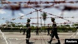 """Tentara Thailand menjaga pos perbatasan dekat kamp pendukung """"kaos merah"""" pro-pemerintah di Bangkok (20/5)."""