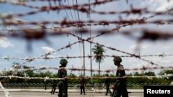 Binh sĩ Thái Lan canh gác tại chốt kiểm soát gần doanh trại của phe Áo Ðỏ ở ngoại ô Bangkok, ngày 20/5/2014.