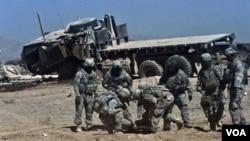 اتحادی افواج کے اہلکار سڑک کنارے نصب بم پھٹنے سے زخمی ہونے والے ساتھی کی مدد کرتے ہوئے۔