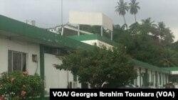 Vue d'un bâtiment de Fraternité Matin le plus grand groupe de presse de Côte d'Ivoire, Abidjan, 6 décembre 2017. (VOA/ Georges Ibrahim Tounkara)