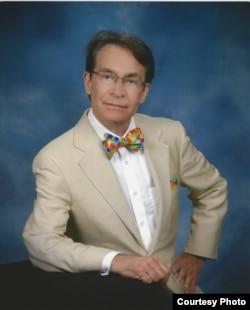 加州查普曼大学法律教授罗纳德•罗汤达