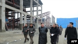 Lãnh tụ Triều Tiên Kim Jong Un đi thăm một nhà máy chế tạo phân bón tại tỉnh Nam Pyongan, ảnh do Thông tấn xã Triều Tiên KCNA công bố ngày 7/1/2020.