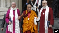 达赖喇嘛获得邓普顿奖后与伦敦主教沙特尔(右)和圣保罗大教堂法政牧师高葛携手离开大教堂(5月14日)。