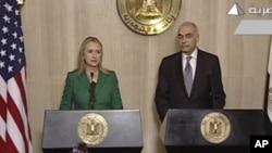 美国国务卿克林顿同埃及外长卡迈勒.阿马尔2012年11月21日在开罗举行记者会