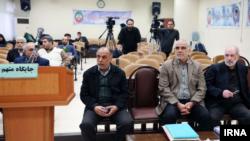 پرویز کاظمی (وسط) در میان دو متهم دیگر پرونده فساد مالی در بانک سرمایه