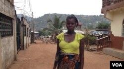 Isatu Gbankay, hamil enam bulan, berdiri di luar rumah temannya di Freetown, Sierra Leone, 8 April 2015. (Nina deVries/VOA)