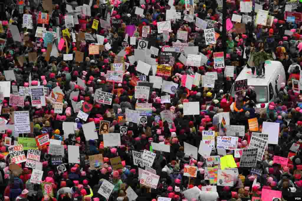 ក្បួនដង្ហែរស្ត្រីឬដែលហៅថា «Women's March» នៅក្នុងរដ្ឋធានី វ៉ាស៊ីនតោន កាលពីថ្ងៃទី២១ ខែមករា ឆ្នាំ២០១៧។ (រូបថតដោយ ស្រេង លក្ខិណា/VOA Khmer)