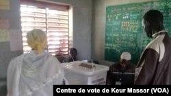 Les Sénégalais votent dans le département de Pikine, au Sénégal, le 30 juillet 2017. (VOA/Centre de vote de Keur Massar)