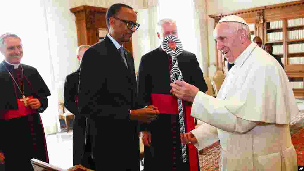 Le pape Francis, et le président rwandais Paul Kagame échangent des cadeaux lors d'une audience privée au Vatican, le 20 mars 2017.