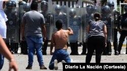 Estudiantes protestan en Táchira la muerte del joven Kluiverth Roa, asesinado por un policía durante una protesta.