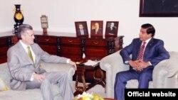 PM Pakistan Raja Pervez Ashraf (kanan) menerima Dubes AS Richard G. Olson, di Islamabad, Kamis (6/12).
