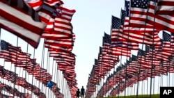 Špalir zastava podignutih u čast sjećanja na žrtve napada 11. septembra, u ponedeljak 10. septembra 2018, u Malibuu, Kalifornija.
