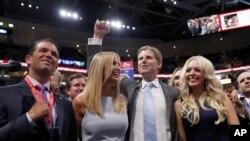 Putra-putri Donald Trump, dari kiri, Donald Trump Jr., Ivanka Trump, Eric Trump dan Tiffany Trump merayakan nominasi ayah mereka di Konvensi Nasional Partai Republik di Cleveland (19/7).