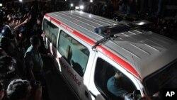 11일밤, 카마루자만의 사형이 집행된 뒤, 그의 시신을 실은 응급차가 수도 다카의 중앙교도소를 떠나고 있다.