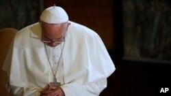El papa Francisco ora durante una visita a una iglesia luterana en Roma, el domingo 15 de noviembre.