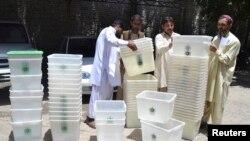 Para petugas pemilu tengah mempersiapkan kotak suara yang akan dipergunakan untuk penyelenggaraan pemilu di salah satu kantor Pemilihan Umum Nasional di Quetta, Pakistan (8/5),