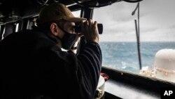 Tàu chiến Mỹ USS John S. McCain đi qua eo biển Đài Loan, 30/12/2020.