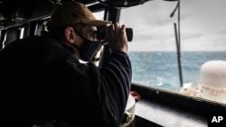 """2020年12月30日""""麦凯恩""""号导弹驱逐舰在台湾海峡进行例行行动时美国海军少尉格雷森·西格勒瞭望海面"""