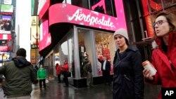Los problemas de la tienda, como los de otras tiendas para adolescentes, comenzaron con la recesión.