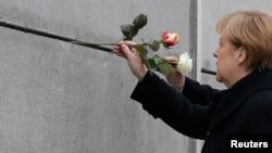 Kanselir Jerman Angela Merkel meletakkan bunga di monumen peringatan Tembok Berlin di Bernauer Strasse, Berlin (foto: ilustrasi).