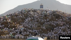Muslim pilgrims gather on Mount Mercy on the plains of Arafat during the annual haj pilgrimage, outside the holy city of Mecca, Saudi Arabia August 20, 2018.