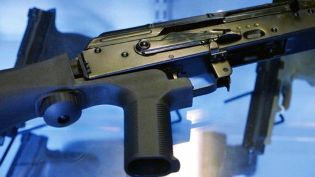 """Thiết bị """"bump stock"""" hoạt động bằng cách lợi dụng cơ chế giật lùi của súng để kích hoạt cò súng, cho phép vũ khí bán tự động nhả hàng trăm viên đạn mỗi phút, biến nó thành súng máy."""