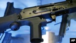 En la foto, un arma semi-automática con un bump-stock conectado a la parte posterior. El dispositivo que se conecta exteriormente convierte en ametralladoras las armas semi-automáticas. Cuesta menos de $100, es de venta libre y permite burlar la prohibición de armas automáticas.