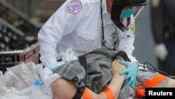 Một bệnh nhân được cấp cứu ở Boston giữa dịch Covid-19, 27/4/2020
